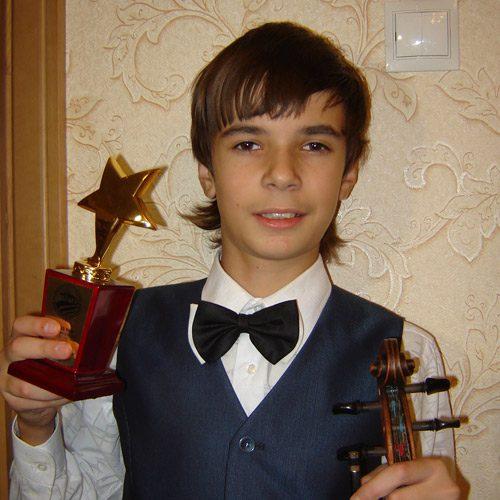 Руслан ХОХЛАЧЕВ, 15 лет, скрипач, победитель всероссийских и международных конкурсов, воспитанник ДМШ № 13