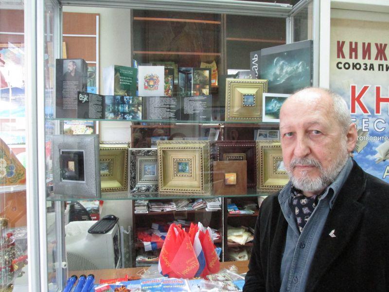 Владислав Коваль у выставки своей миниатюрной живописи