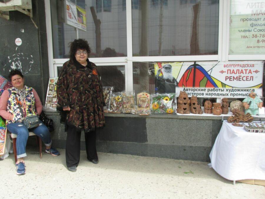 Тамара Тимофеева у выставки палаты ремёсел