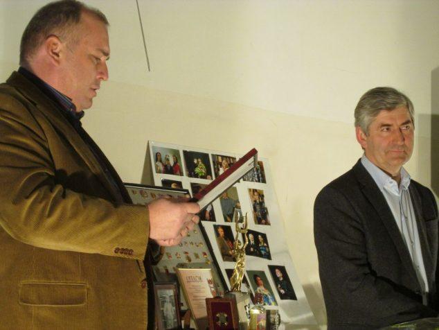 Андрей Сукачев вручает грамоту Анатолию Карману