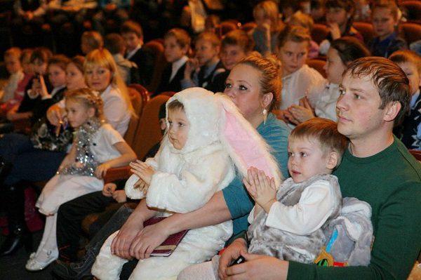 Дети в новогодних костюмах